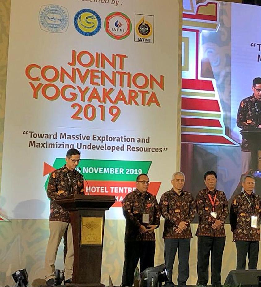 Foto 1. Sambutan Pembukaan oleh Ketua Panitia JCY 2019, Abdullah Nurhasan didampingi oleh Ketua Asosiasi Profesi HAGI, IAGI, IAFMI dan IATMI