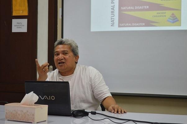 Dr. Andang Bachtiar sedang memberikan penjelasannya dalam seminar