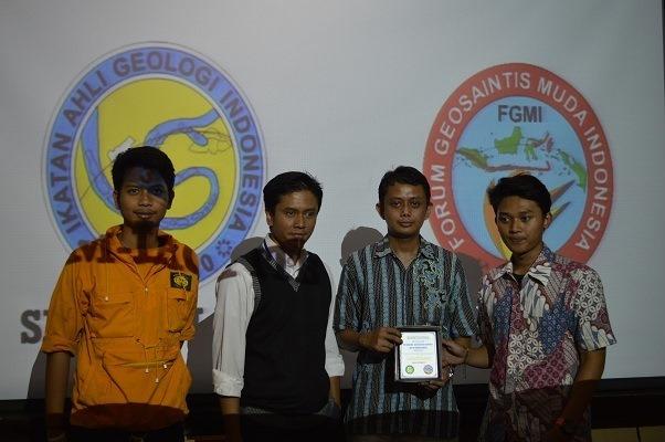Dari kiri ke kanan: M. Jeffry Giranza (Ketua HMTG 'GEA' ITB), Dr. Mirzam Abdurrachman (Pembingbing universitas untuk SM-IAGI ITB), Bapak Gayuh Putranto (Penasihat FGMI), dan Raditya Andrean Saputra (Ketua SM-IAGI ITB) berfoto bersama saat dilangsungkan seremonial penyerahan plakat peresmian SM-IAGI ITB.