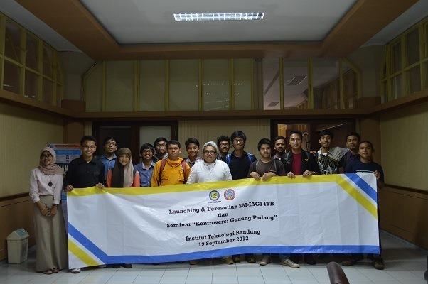 Peserta seminar berfoto bersama dengan Dr. Andang Bachtiar seusai seminar