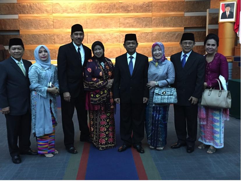 Berfoto setelah acara pelantikan: dari kiri ke kanan DR Safri Burhanudin dan istri, DR Ridwan Djamaluddin dan istri, Ir. Agung Kuswandono dan istri, Asep D Muhammad dan istri