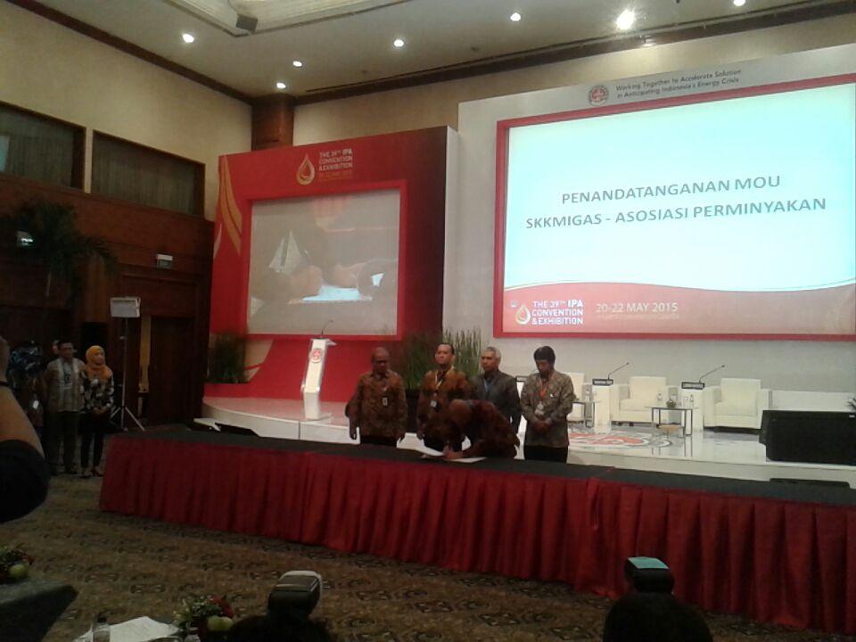 Penandatanganan MoU (ki-ka): Ketua HAGI, Ketua IAGI, Kepala SKKMigas, Ketua IAFMI, Ketua IATMI