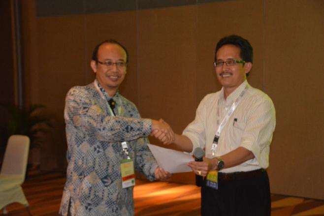 Penyerahan deklarasi MAGI bersamaan dengan PIT IAGI ke 42 di Medan tahun 2013 dari Ketua Yunus Kusumahbrata kepada Ketua PP-IAGI