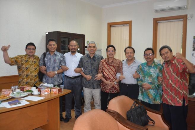 Foto bersama pengurus MAGI bersama ketua PP-IAGI dan Ketua MGEI, di ruang rapat Staf Ahli Menteri Bidang Tataruang dan LH KESDM