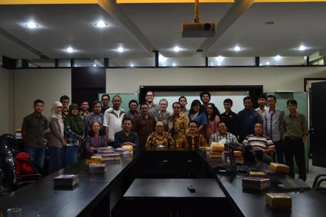 Foto bersama pengurus MAGI dengan peserta rapat MAGI 25 April 2015 di ruang 3G (Geodiversity, Geoheritage dan Geopark)