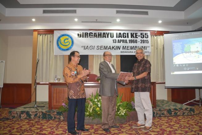 Penyerahan SK. Kepengurusan MAGI (Masyarakat Geowisata Indonesia) oleh ketua PP-IAGI kepada Dewan Pembina MAGI Prof. R.P. Koesoemadinata