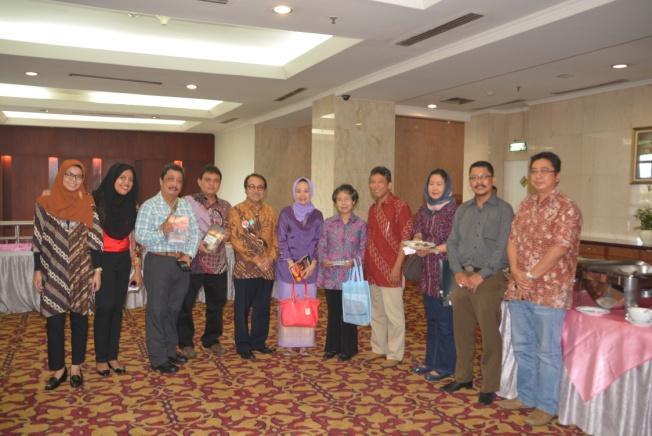 Foto bersama dengan Dewan Pembina MAGI Prof. Dr. Dwikorita, Ketua MGEI, dan peserta yang hadir saat merayakan HUT IAGI ke -55 di Hotel Bidakara, Jakarta
