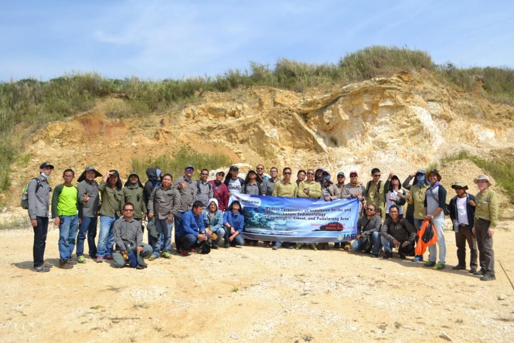 Foto bersama peserta di depan singkapan Batununggal, Padalarang