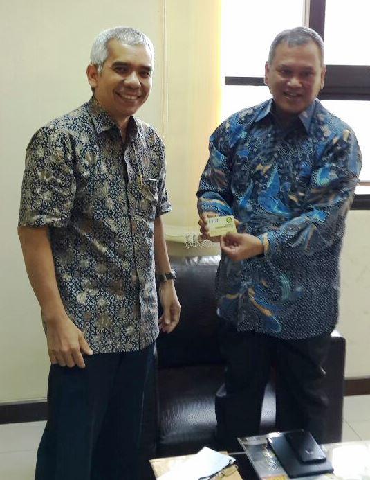 Ketua IAGI Menyerahkan kartu anggota IAGI kepada kepala BG